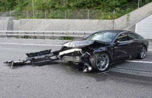 Unfall A2 Luzern LU - Fahrer (25) prallt heftig gegen Betonelemente