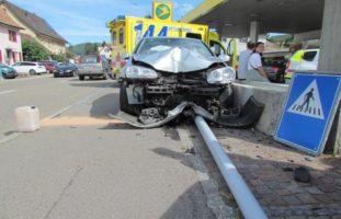 Möhlin AG - Autofahrer prallt in Strassenlampe