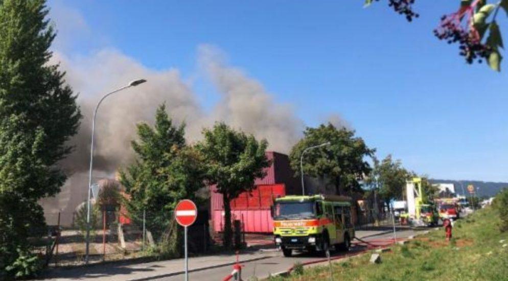 Erheblicher Sachschaden nach Feuer im Recyclingbetrieb in Schlieren
