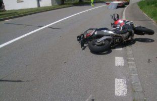Unfall zwischen Motorrad und PW in Silenen