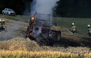 Brand einer Rundballenpresse in Nenzlingen erfordert Feuerwehreinsatz