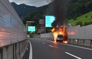Beckenried NW - Lieferwagen brennt auf der A2 lichterloh