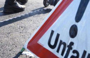 Flüelen UR - Fussballgrosser Stein rollt vor Auto und sorgt für Unfall