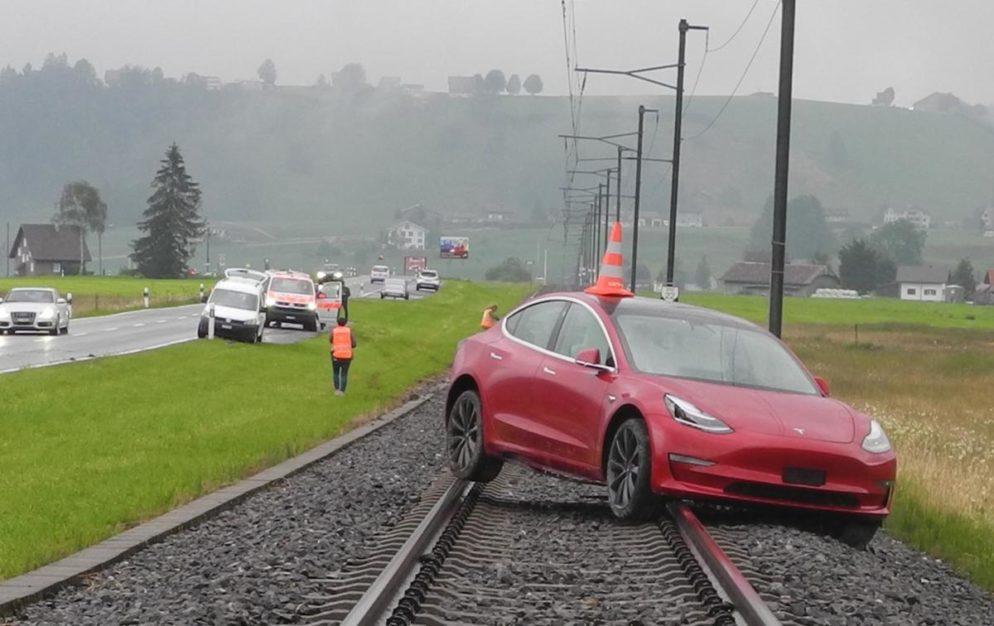 Selbstunfall Bennau SZ - Autofahrer (26) landet auf den Bahngeleisen