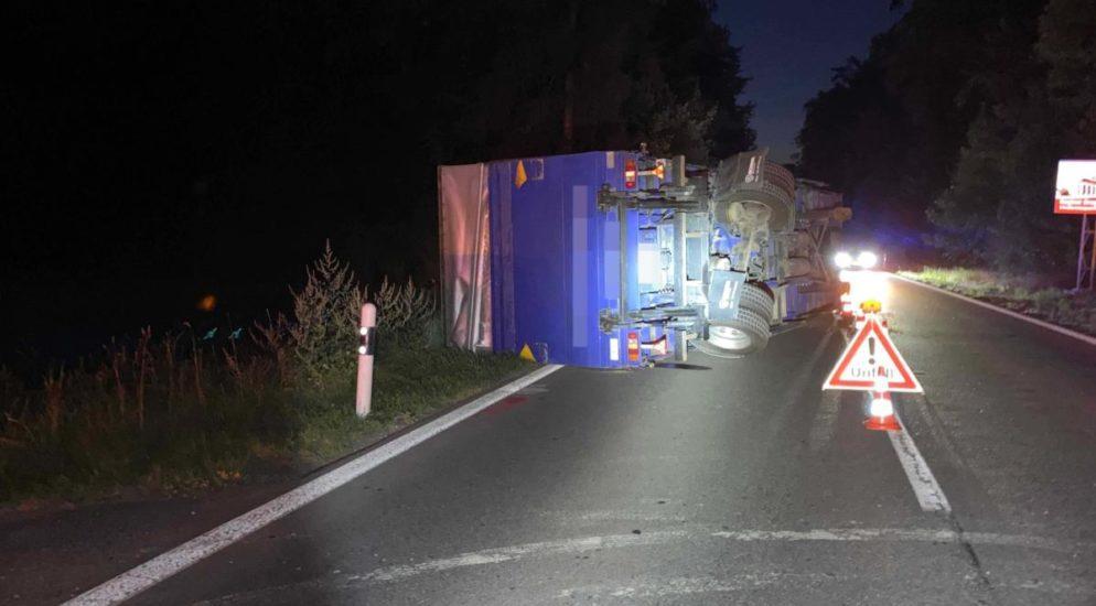 Gekippter Anhänger von Zugfahrzeug blockiert Fahrspur in Brunegg