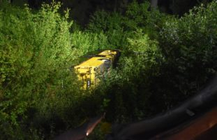 Unfall in Sagogn GR - Postauto stürzt neben Fahrbahn