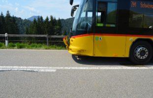 Unfall zwischen PW und Postauto in Urnäsch