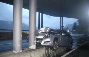 Bei Unfall in Sisikon UR auf Betonmauer gefahren