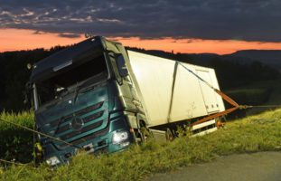 Schwerer LKW-Unfall in Pfaffnau fordert verletzten Chauffeur