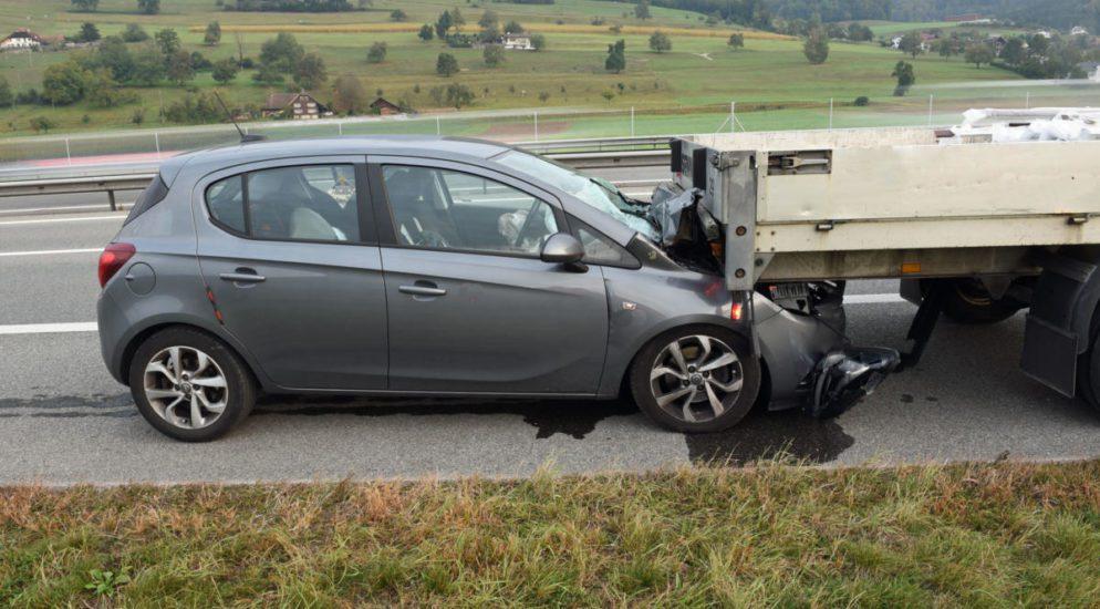 Autofahrer fährt bei Unfall auf A2 / Dagmarsellen LU unter Anhänger