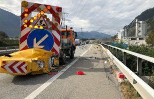 Heftiger Unfall zwischen Anhängerzug und Signallastwagen A13 / Chur GR