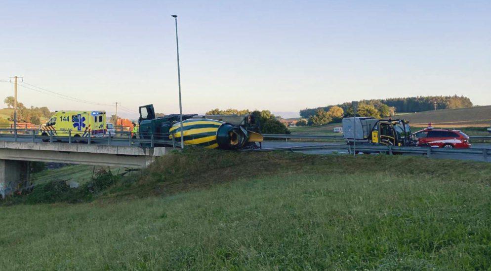 Schmitten FR - LKW-Fahrer (30) fährt zu schnell und verunfallt