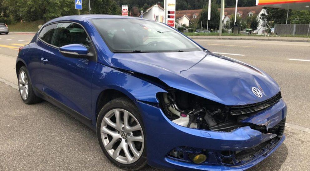 Crash zwischen Autofahrer und Motorradlenker in Zwingen BL