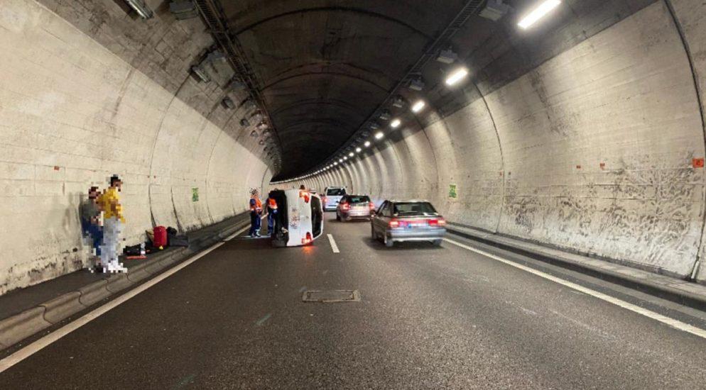 Sissach BL - Auto prallt auf der A2 in Tunnelwand