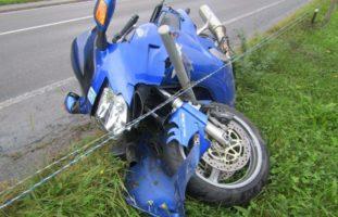 Glarus GL - Totalschaden nach Unfall auf nasser Fahrbahn
