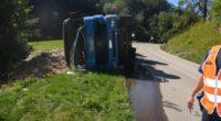 LKW kippt bei Unfall in Kleinlützel SO