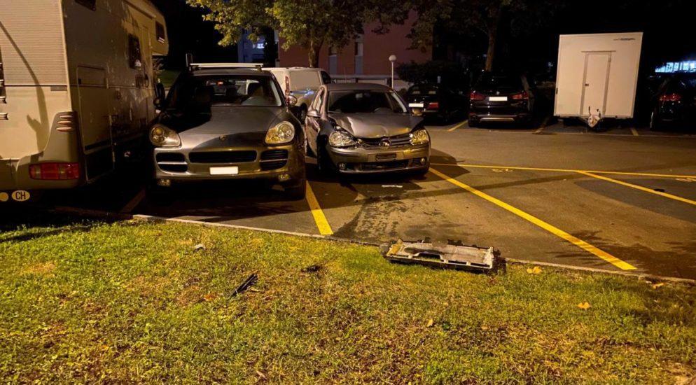 Zug: Stark betrunken in parkiertes Auto und in Patrouillenfahrzug gekracht