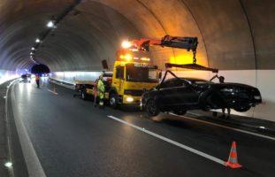 Arth SZ - Autolenker (26) verliert im Tunnel Schönegg die Kontrolle