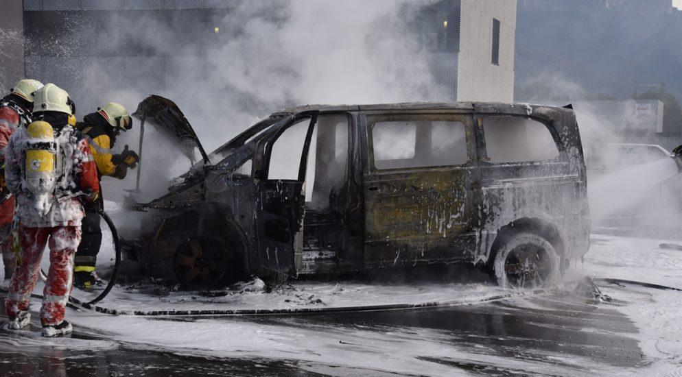 Zizers GR - Ein Knall und ein Auto steht in Flammen