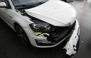 Autolenker (33) im Oberdorf in Näfels verunfallt