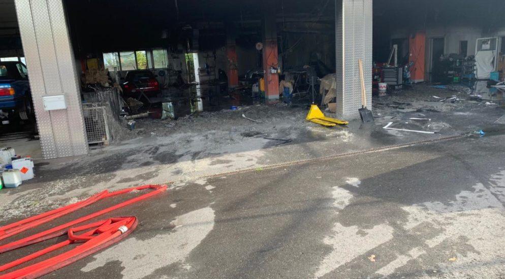 Samstagern: Brand in Autospritzwerk