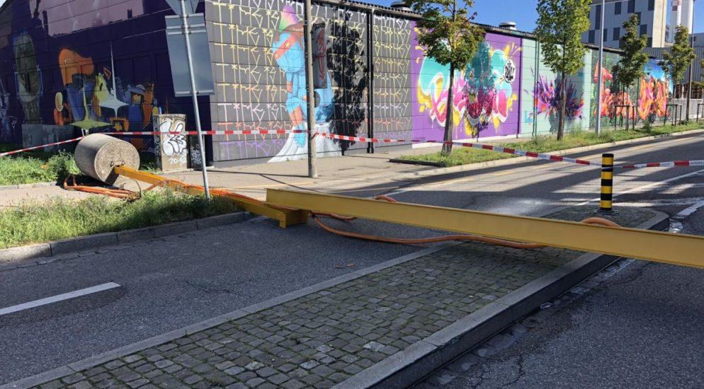 Basel-Stadt BS - Eisenträger auf der Neudorfstrasse umgestürzt