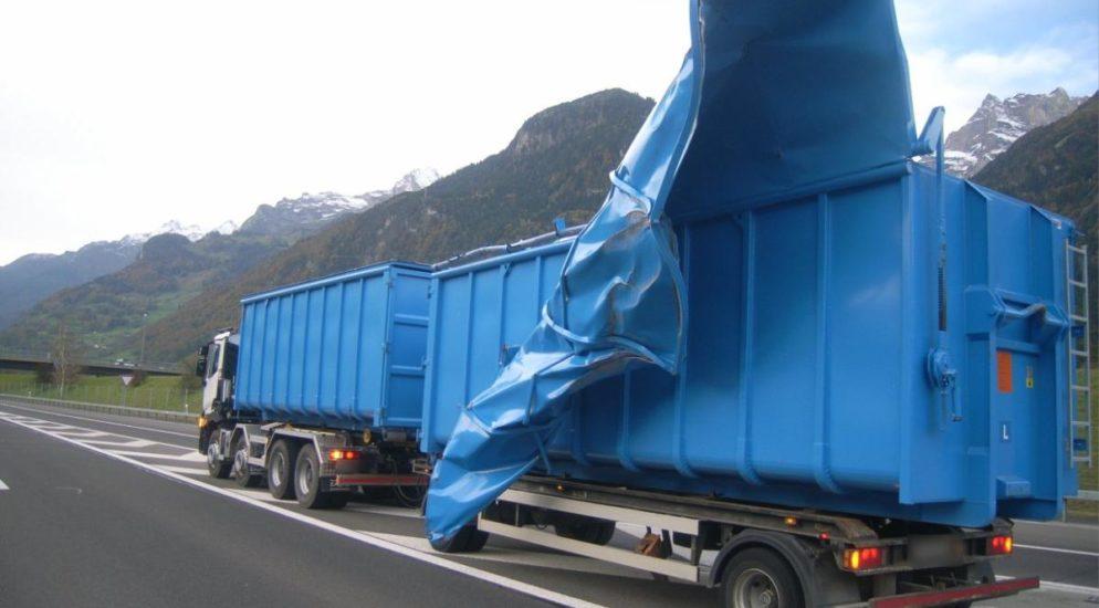 Anhänger durch Föhnböe auf der A2 Höhe Altdorf stark beschädigt