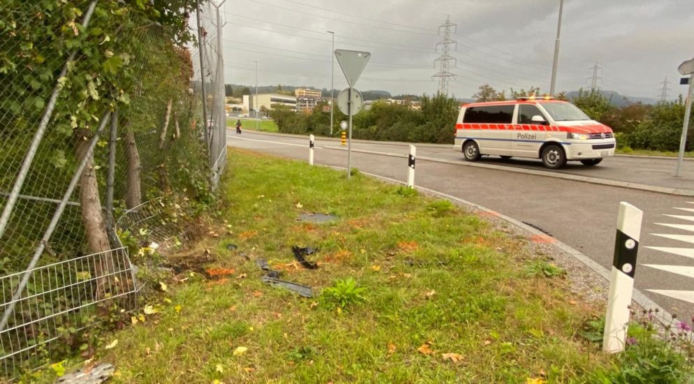 Alkoholisierter Fahrer baut Unfall in Steinhausen ZG und flüchtet