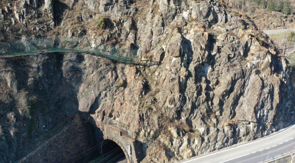 Strassensperrung wegen instabilem Felsmaterial in Intschi UR