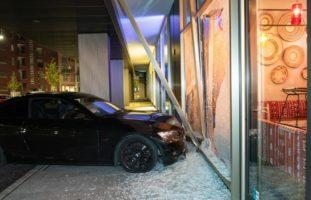 BMW-Fahrer (19) landet bei Unfall in Zürich ZH in Restaurant-Fenster