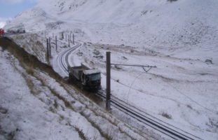 Unfall in Andermatt: LKW-Fahrer landet auf Bahntrassee der Matterhorn-Gotthard-Bahn