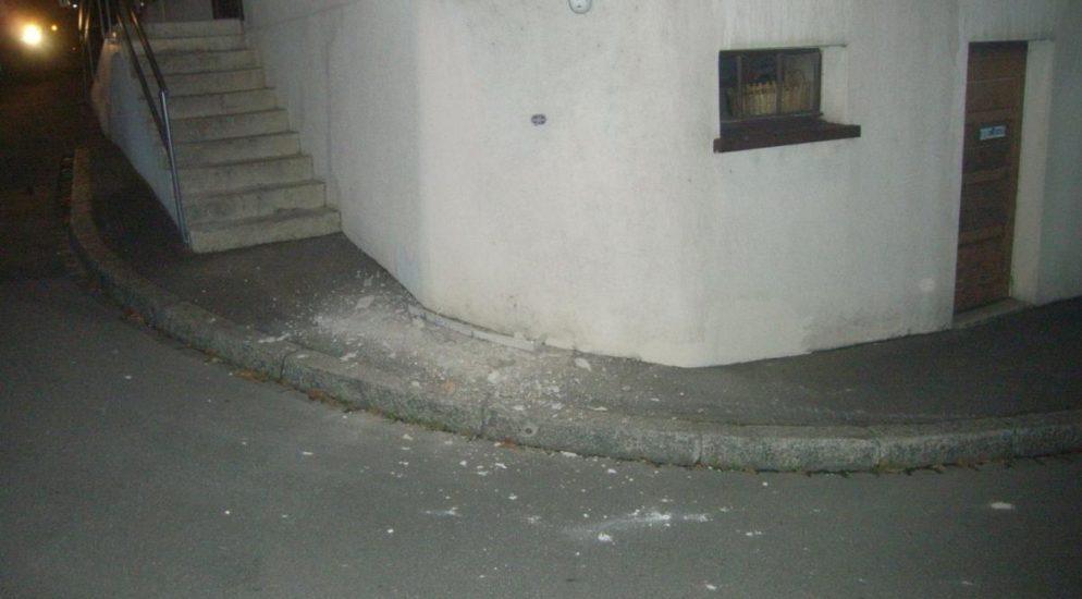 Attinghausen UR: Sattelmotorfahrzeug prallt in Hausfassade des Hotel Restaurant Krone