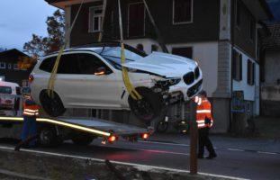 Autolenkerin landet bei Selbstunfall auf Gleisen
