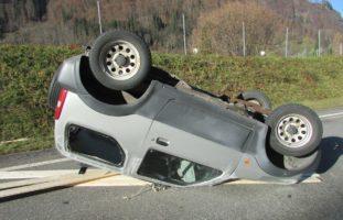Verkehrsunfall in Rüti: Lenker verliert Kontrolle über Wagen