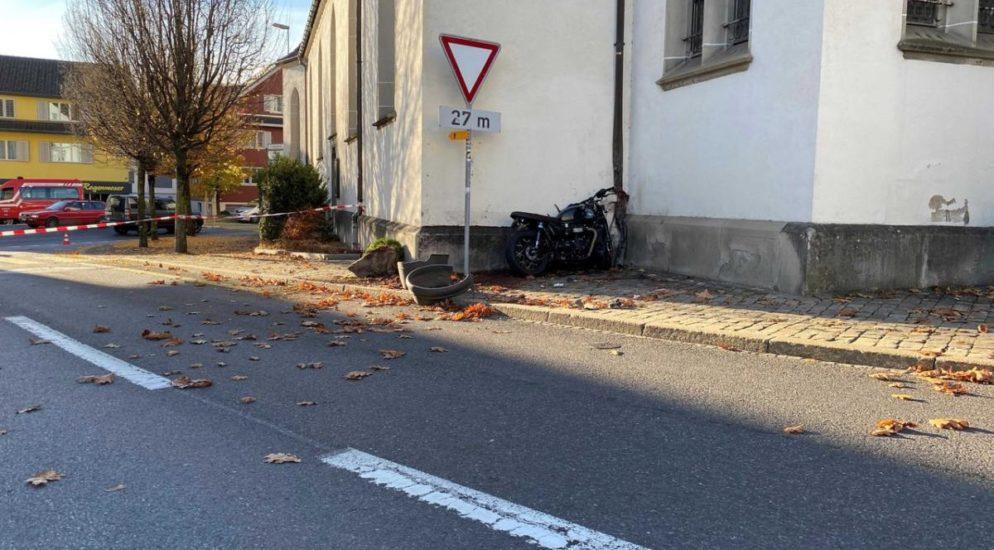 Oberägeri ZG - Motorradfahrer prallt in Mauer und stirbt auf der Unfallstelle
