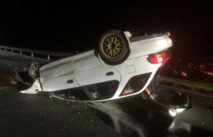 Bei Selbstunfall in Mollis auf Autodach gelandet