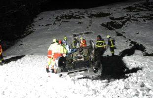 Schwerer Selbstunfall auf schneebedeckter Strasse in Muotathal SZ