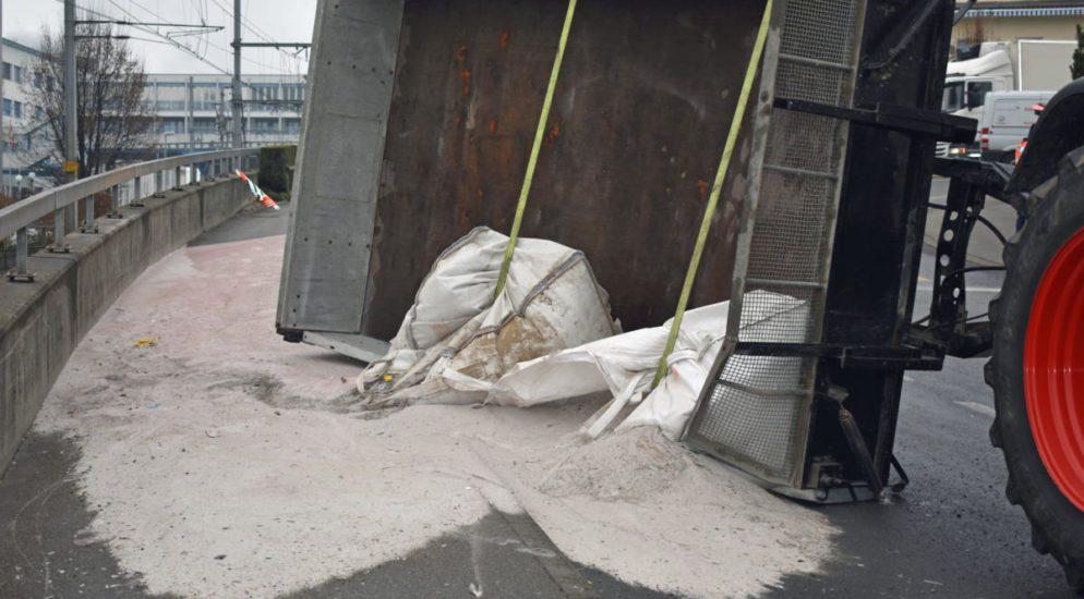 Hochdorf: Anhänger kippt und verliert Sand