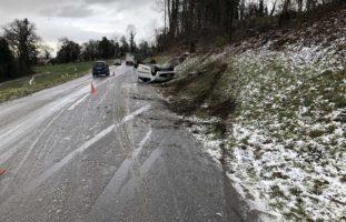 Mehrere Unfälle auf verschneiten Strassen im Kanton Freiburg FR