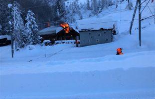 Am Donnerstagmittag hat zwischen Preda und Bergün ein Haus gebrannt. Der Bahnverkehr der Rhätischen Bahn (RhB) musste auf der Albulalinie vorübergehend eingestellt werden. Um 12.41 Uhr erreichte die Einsatzleitzentrale der Kantonspolizei Graubünden die Meldung, wonach bei der Örtlichkeit Punt Ota in Bergün ein Ferienhaus brenne. Die Feuerwehr Bergün/Filisur rückte mit rund 35 Einsatzkräften aus. Der Hausbesitzer und sein Sohn verletzten sich bei diesem Brand. Durch eine Drittperson wurden die beiden zum örtlichen Arzt gefahren. Anschliessend wurde der 70-Jährige mit der Rega ins Universitätsspital nach Zürich geflogen und der 42-Jährige mit einer Ambulanz der Rettung Mittelbünden ins Spital nach Thusis überführt. Aufgrund der Nähe der Liegenschaft zu den Geleisen musste der Bahnverkehr der RhB während den Löscharbeiten unterbrochen werden. Nach gut zwei Stunden war der Brand unter Kontrolle und die Bahn konnte ihren Betrieb um 15.15 Uhr wieder aufnehmen. Der entstandene Sachschaden kann noch nicht beziffert werden. Die Kantonspolizei Graubünden hat die Brandermittlungen aufgenommen.