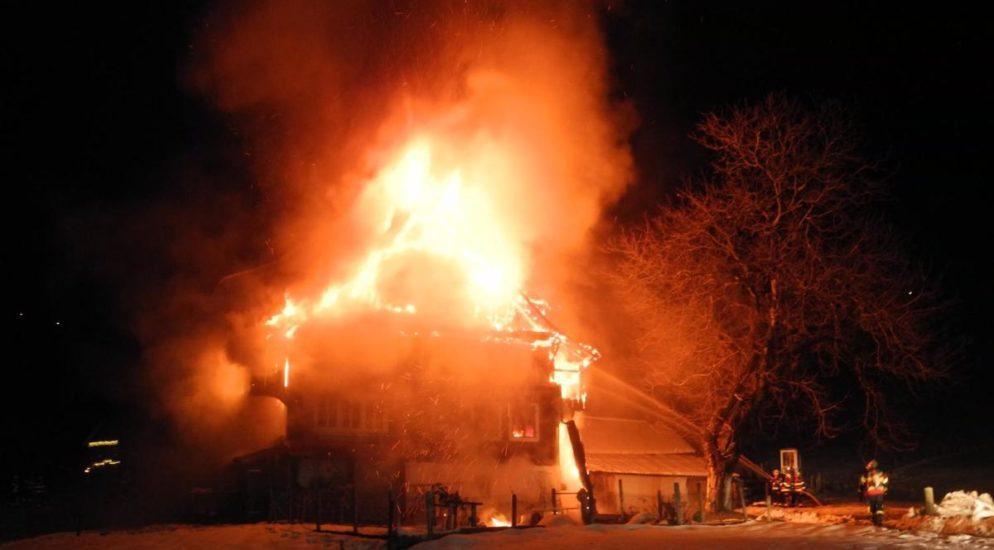 Mann bei Brand in Vorderthal verletzt