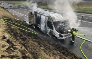 A12 Düdingen FR - Lieferwagen fängt Feuer und brennt komplett aus