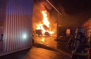 Granges (Veveyse) FR - Mehrere Fahrzeuge durch Brand zerstört
