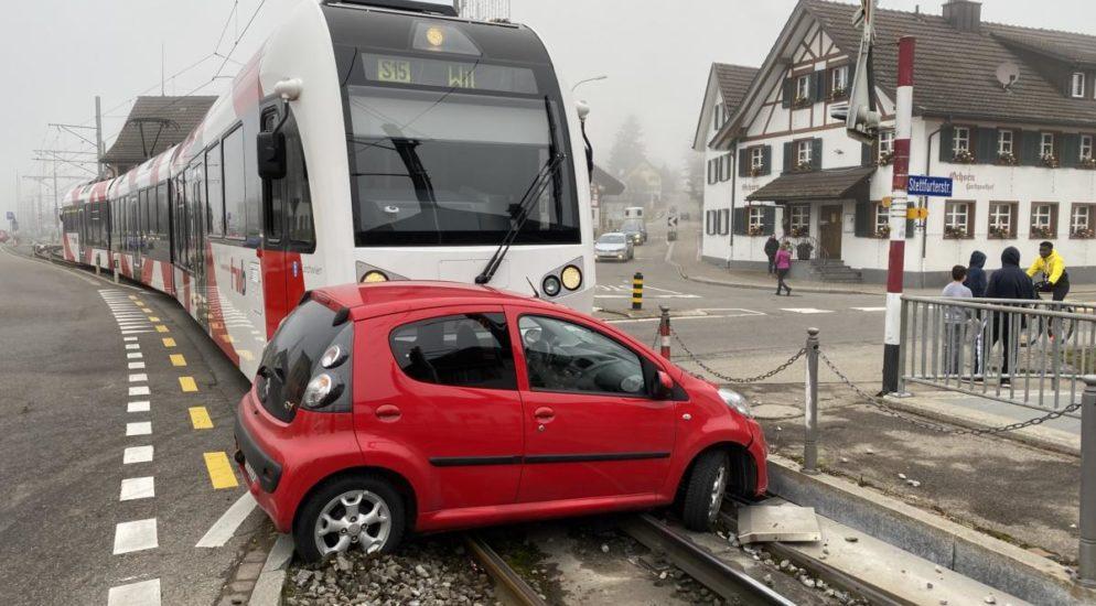 Matzingen TG - Autolenkerin (21) übersieht Signal und wird von Zug erfasst