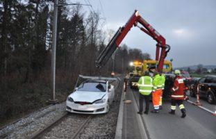 Bei Unfall in Riedholz auf Gleisanlage gelandet