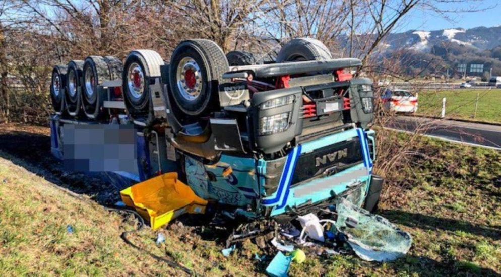 Lastwagen auf der A3 bei Reichenburg verunfallt