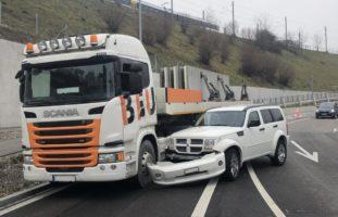 Neuhausen: Unfall zwischen Sattelmotorfahrzeug und Auto