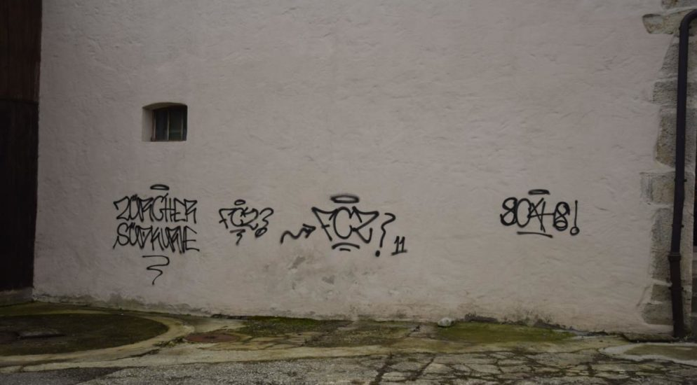 Sprayereien an zwei Gebäuden in Oensingen SO