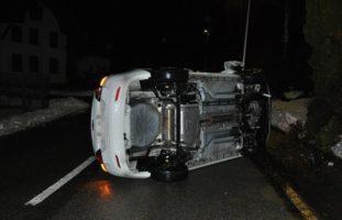 Hüniken SO: Bei Autounfall auf die Seite gekippt