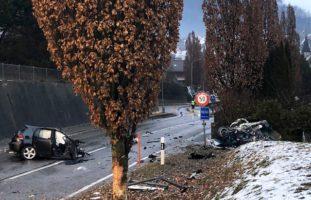 Auto bricht auseinander bei schwerem Unfall in Epagny FR